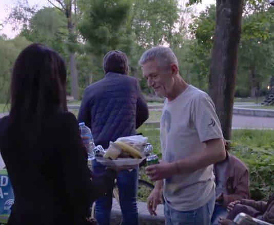 Ramadanheld deelt eten uit aan daklozen